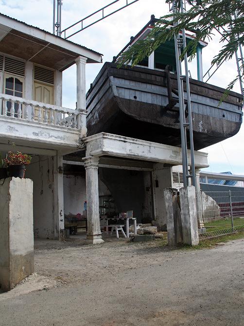 Памятник цунами в Банда Аче - корабль на крыше дома, Суматра, Индонезия