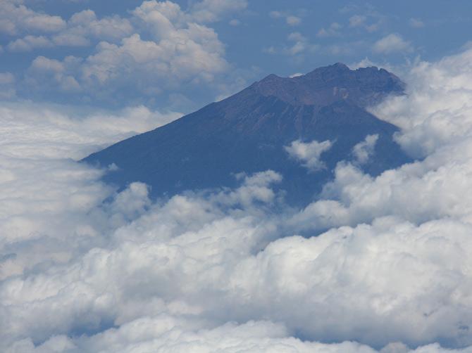 Вулкан на Суматре, вид с самолета