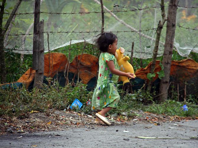 Девочка с телепузиком, Такенгон, Суматра, Индонезия