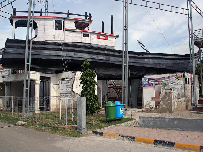 Корабль на крыше жилого дома - памятник цунами в Банда Аче, Суматра, Индонезия