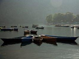Лодки на озере Фева, Покхара