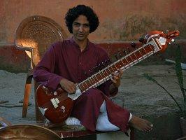Индийский музыкант с ситаром, Ришикеш