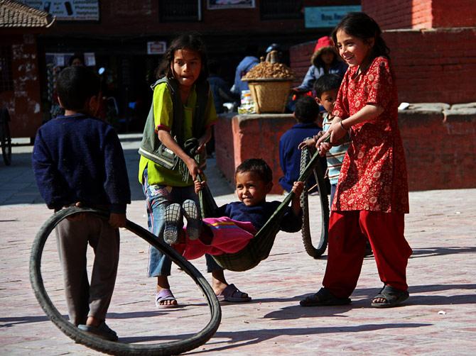Непальские дети на площади Дурбар, Катманду, Непал