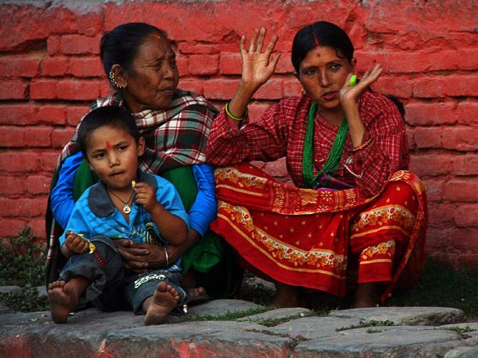 Женщины беседуют на площади Дурбар, Катманду, Непал