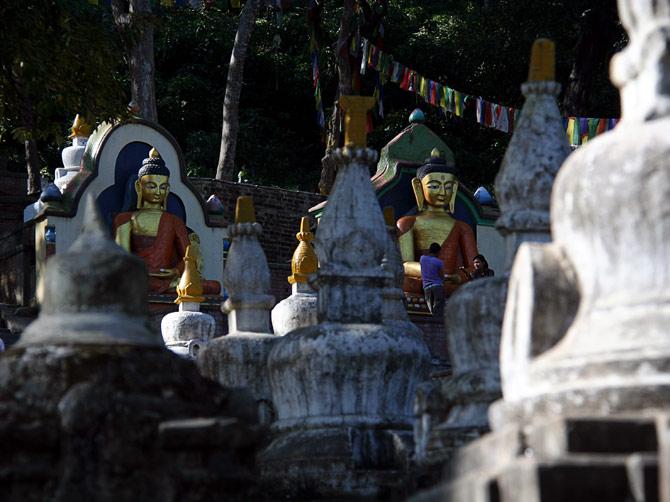Изваяния Будды у храма Сваямбунат, Катманду, Непал