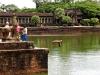 Детвора у входа в Ангкор Ват
