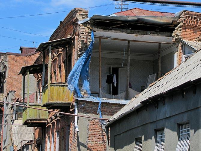 Полуразрушенный дом в Тбилиси